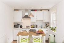 Diseño acogedor del interior de la cocina en colores claros - foto de stock