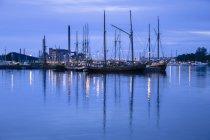 Финляндия, Хельсинки, вид на гавань синий час и пришвартованной лодки — стоковое фото