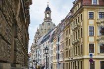 Deutschland, Dresden, Altstadtblick mit sanierten Fassaden und Frauenkirche im Hintergrund — Stockfoto