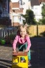Mädchen spielen mit Spielzeug auf Spielplatz — Stockfoto