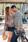 Liebhaber mit dem Fahrrad stehen auf Straße — Stockfoto