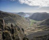 Англия, Камбрия, Озерный, Wasdale долина, Wastwater, большой двускатной, альпинистов на скале — стоковое фото