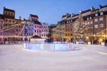 Praça da cidade velha Polônia, Varsóvia, pista de gelo durante a época de Natal à noite — Fotografia de Stock