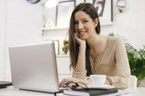 Молодих жінок-підприємців з ноутбука на домашньому офісі — стокове фото