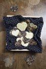 Coeurs de chocolat faits maison sur une serviette à motifs en bois foncé — Photo de stock