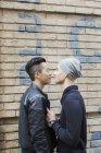Gay coppia a casa muro all'aperto — Foto stock