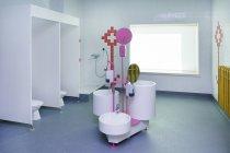 Эстония, санитарно-техническая зона недавно построенный детского сада в помещении — стоковое фото