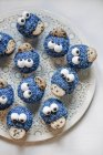 Файл cookie Monster кексы на тарелке — стоковое фото