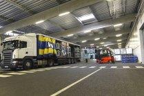 Розвантажувальна вантажівка в місце у гаражі заводу — стокове фото