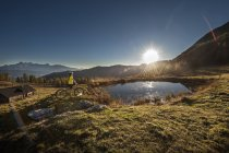 Österreich, Altenmarkt-Zauchensee, junge Frau mit Mountain-Bike in die Berge bei Sonnenaufgang — Stockfoto