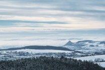 Німеччина, Баден-Вюртемберг, Констанція район, подання до зимового ландшафту Hegau, село Engen ліворуч — стокове фото
