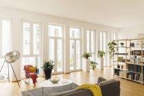 Wohnzimmer und Regal mit Pflanzen im modernen Haus — Stockfoto