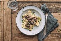 Ravioli di verdure fritte nel burro con cipolle arrostite — Foto stock