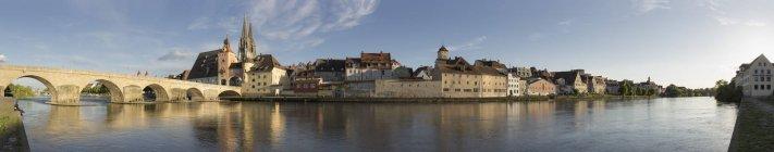 Alemanha, Bavaria, Regensburg, vista da cidade velha e a antiga ponte de pedra — Fotografia de Stock