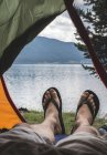 Болгария, нога человека в палатке с видом на воду — стоковое фото