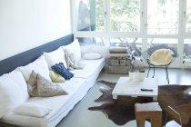 Интерьер современной гостиной в помещении — стоковое фото