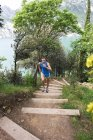 Frau läuft auf Treppe — Stockfoto