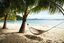 Ansicht der Hängematte und Palmen am Strand in der Nähe von El Nido tagsüber, Palawan, Philippinen — Stockfoto