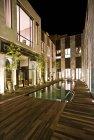 Hotel Riad fes, Innenhof mit Schwimmbad bei Nacht — Stockfoto