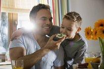 Отец и сын завтракают вместе — стоковое фото