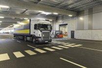 Вантажівка припаркований у світлі заводу гаражі — стокове фото