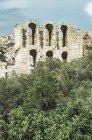 Grecia, Atenas, vista al Partenón contra árboles - foto de stock