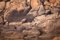 India, Karnataka, paesaggio con rocce granitiche al fiume Tungabhadra in Hampi durante il giorno — Foto stock