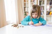 Ritratto di bambina che disegna a tavola — Foto stock