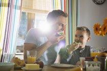 Vater und Sohn zusammen frühstücken — Stockfoto