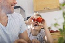 Отец и сын, весело на кухне — стоковое фото