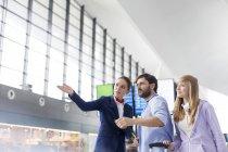 Стюардесса консультирование туристов в аэропорту — стоковое фото
