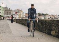 Homme de hipster monté sur un vélo fixie — Photo de stock