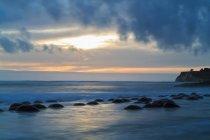 USA, Californie, côte du Pacifique, le comté de Mendocino, goélette Gulch State Beach, plage de boule de Bowling — Photo de stock