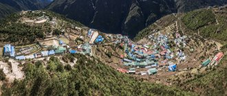 Nepal, Khumbu, Región del Everest, Vista al Bazar Namche - foto de stock