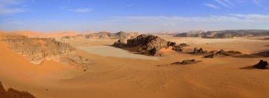 Африка, Алжир, Сахаре, Тассили N'Ajjer Национальный парк, песчаника скалы и песчаные дюны в отеле Ouan Zaouatan — стоковое фото