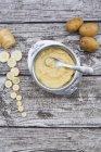 Chirivia orgánica y patatas, papillas en plato y cuchara en madera brillante - foto de stock