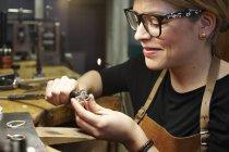 Голдсміт в майстерні, що працюють на формі серця шматок ювелірні вироби — стокове фото