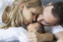 Junges Paar mit Neugeborenen Baby zu Hause — Stockfoto