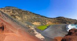 Spain, Canary Islands, Lanzarote, El Golfo, Charco de los Clicos, Montana de Golfo, green lagoon — Fotografia de Stock