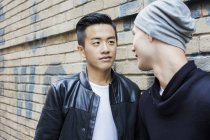 Gay couple at house wall outdoors — Stock Photo