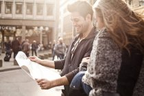 Couple orientating with city map — Stock Photo