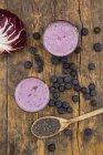 Дві склянки лохини радіккіо пюре і дерев'яною ложкою з насіння чіа — стокове фото