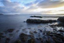 Regno Unito, Scozia, Isola di Skye, costa con rocce contro la riva sotto le nuvole — Foto stock