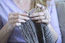Mains de tricot femme — Photo de stock