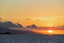 Océan Pacifique, Îles Galapagos, coucher de soleil au-dessus de l'île de Santa Cruz — Photo de stock