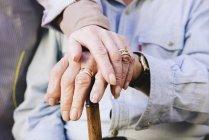 Gros plan de tenir des mains de l'ancien couple — Photo de stock