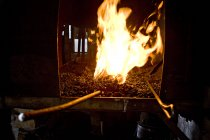 Nahaufnahme der Schmied Feuer im Kamin anzeigen — Stockfoto