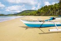 Філіппіни, острів Палаван, традиційний рибальський човен на Nacpan пляжі — стокове фото