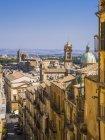 Italia, Sicilia, Caltagirone, vista desde las escaleras de Santa Maria del Monte a San Francesco d 'Assisi - foto de stock
