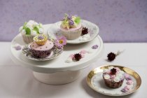 Cupcakes with rose blossom fondant on cake stand — Stock Photo